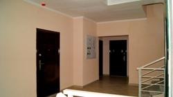 Лестничная площадка дома на Кирова 33. Оснащена пожарной сигнализацией, световыми датчиками, указателями, все удобно и функционально